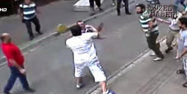 Photo of Boksör turistin yumrukları esnafın yüzünde patladı-izle