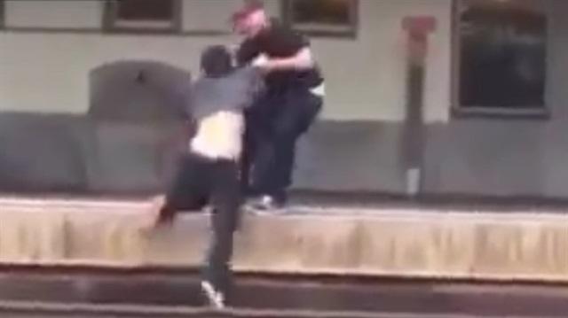 Photo of Dövdüğü kişiyi trenin altında kalmaktan kurtardı-izle