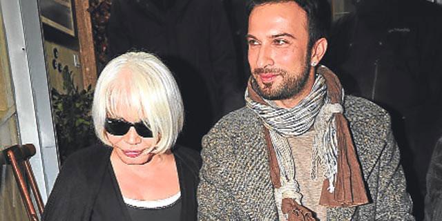 Photo of Tarkan ve Nilüfer Sezen Aksu'nun annesini hastanede ziyaret etti