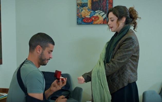 Photo of İlişki Durumu Karışık'ta Can Tekin, Ayşegül'e evlenme teklifi ediyor-izle