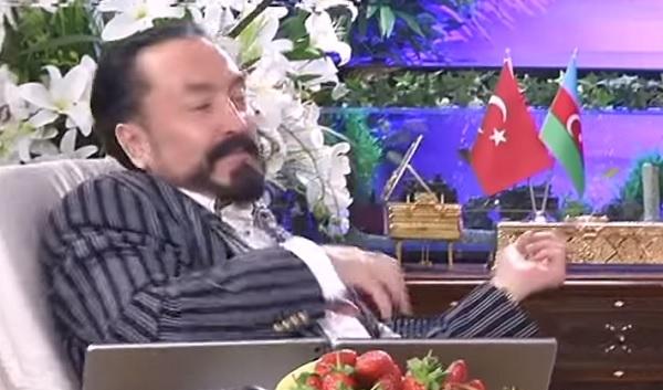"""Photo of Adnan Oktar """"Akrebin Gözleri""""şarkısını söylerse-izle"""