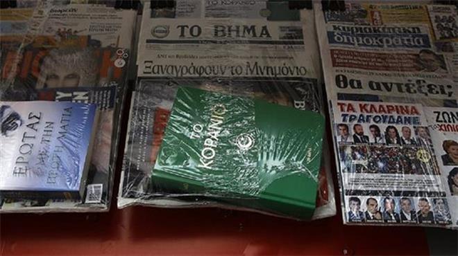 Photo of Yunan gazetesi okurlarına Kuran-ı Kerim dağıttı