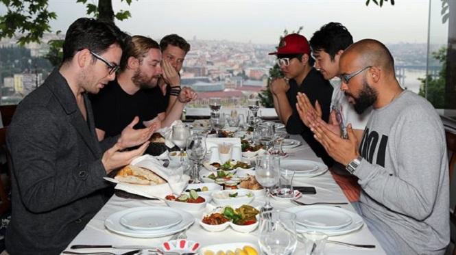 Photo of Elin Oğlu'nun ünlü erkekleri iftar yemeğinde buluştu