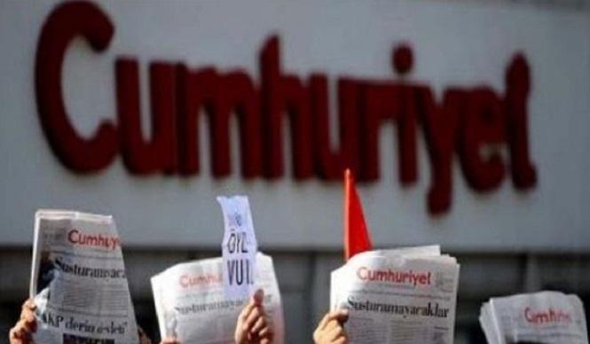 Photo of Cumhuriyet'in gerekçesiz işten çıkardığı muhabir için yapılan eylem üçüncü haftasında