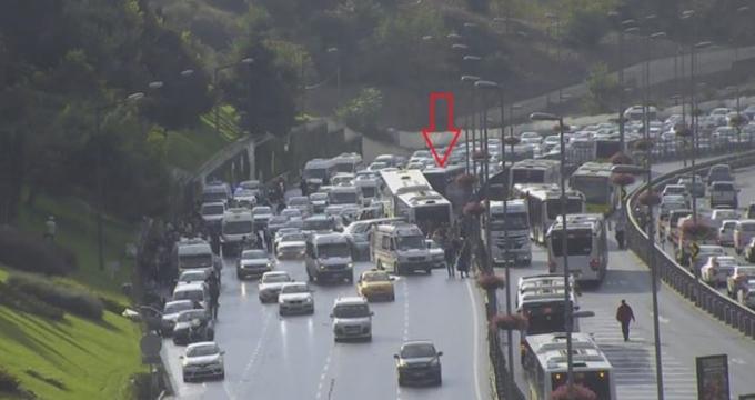 Photo of İstanbul Acıbadem'de metrobüs 4 aracı ezdi, İBB D-100 trafik ve yol durumu son dakika