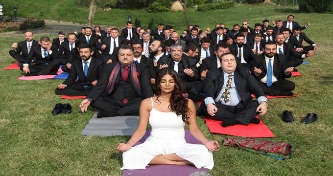 Photo of Bir Baba Hindu'nun Gundi'si 2010 Dünya Güzeli Nicole Faria kimdir?