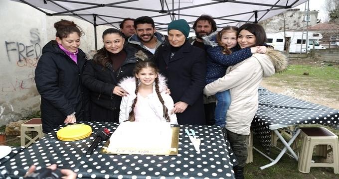 Photo of Elif dizisinin küçük Elif'ine sette sürpriz doğum günü