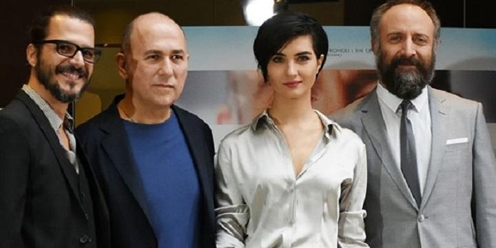 Photo of Ferzan Özpetek, İstanbul Kırmızısı'nda ünlü oyuncuların egosuna mı yenildi?