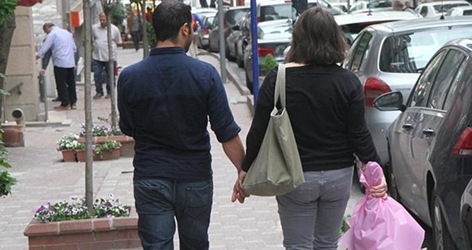 Photo of 'Fatmagül'ün Suçu Ne' dizisinin kötü yengesi genç aşkı ile objektiflere yakalandı!
