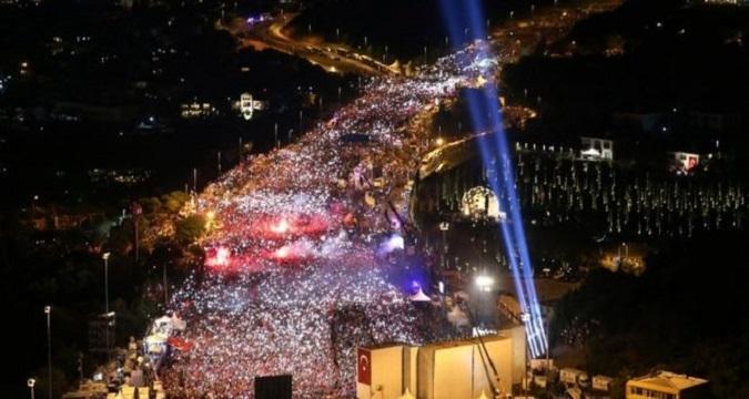 Photo of 15 Temmuz'un yıldönümünde ünlüler 15 Temmuz Şehitler Köprüsü'ne akın etti.