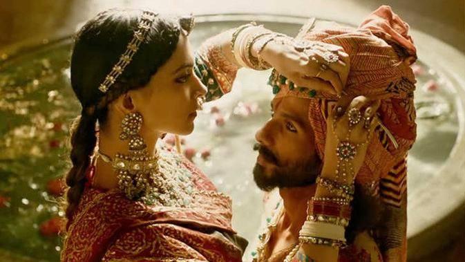"""Photo of Hindistan'da vizyona giren """"Padmaavat"""" filmi ülkeyi karıştırdı…Göstericiler ortalığı yakıp yıktı"""