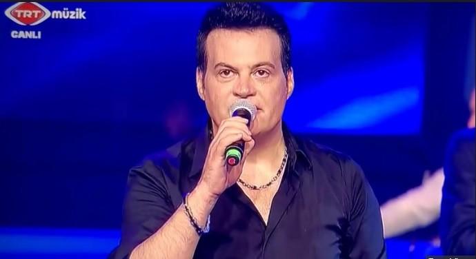 Photo of Hakan Peker canlı yayında şarkısını yarıda kesip sahneyi terketti