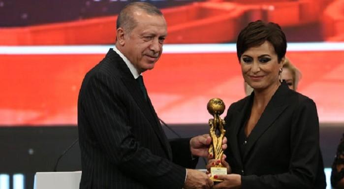 Photo of Akit yazarı, Cumhurbaşkanı Erdoğan'ın elinden ödül alan Didem Aslan'ı topa tuttu