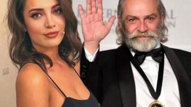 """Photo of Haluk Bilginer'e en ilginç Emmy kutlaması İrem Sak'tan… """"En güzel fiber bezlerimle ordayım!"""""""