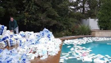 Photo of Havuzdaki suyu kağıt rulolarla kurutmaya çalışan Youtuber'a tepki!