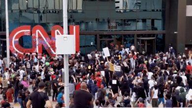 Photo of ABD'de göstericiler CNN binasına dayandı